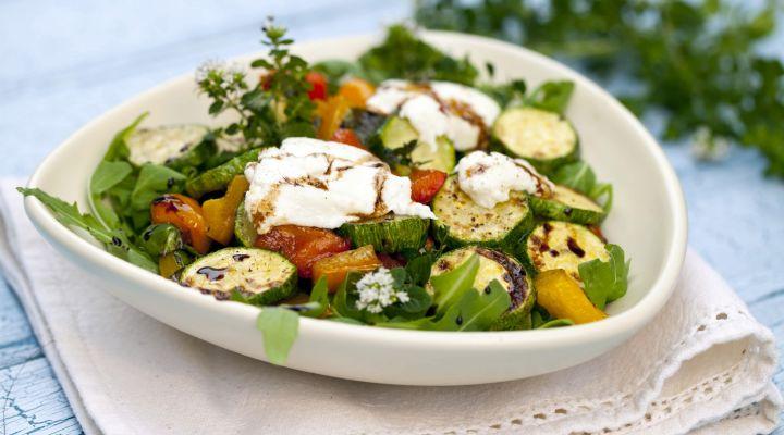 Sült zöldségek kecskesajttal